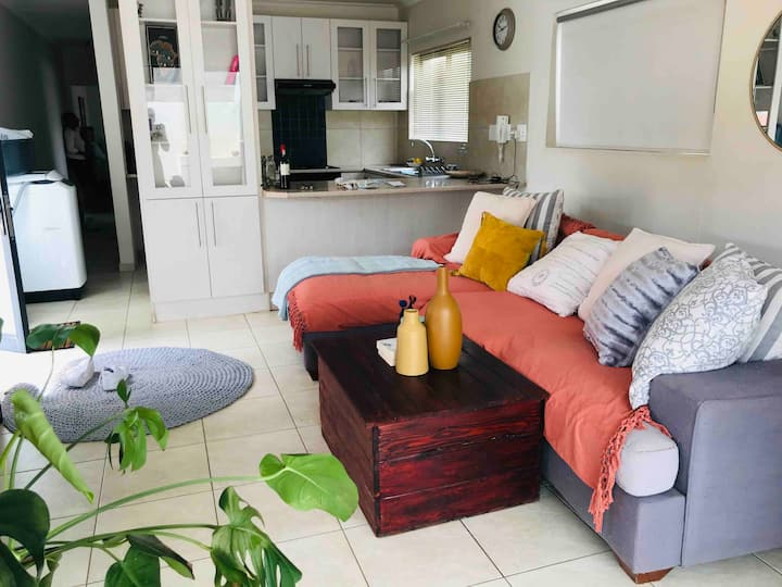 Cosy apartment , 1 minute away from Grove Mall