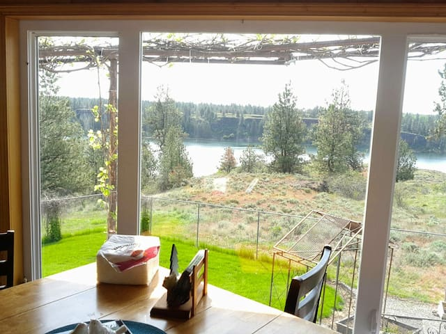 Nature-lovers' relaxation spot at Williams Lake