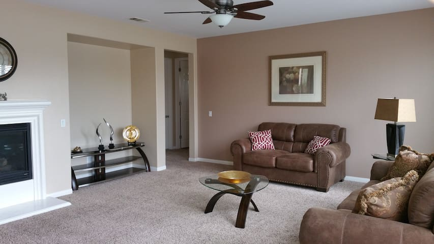 Clean, Quiet, & Cozy Room near ONT Airport + Malls - Corona - House