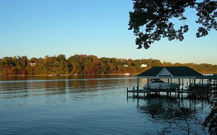 100-year-old, 5-bedroom, Waterfront Cottage w/dock