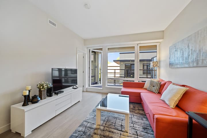 Beautiful and Bright 1-Bed Cambie Suite