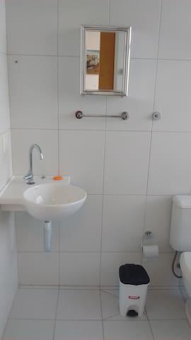 WC espaçoso com ducha com vista mar