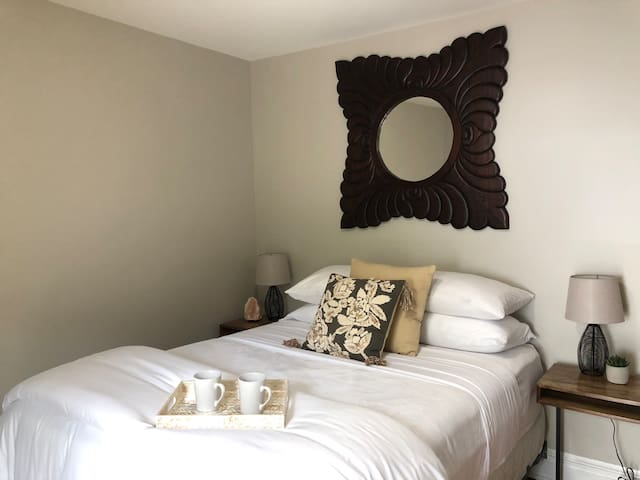 Sweet Dreams Room-Private entry /walk to downtown!