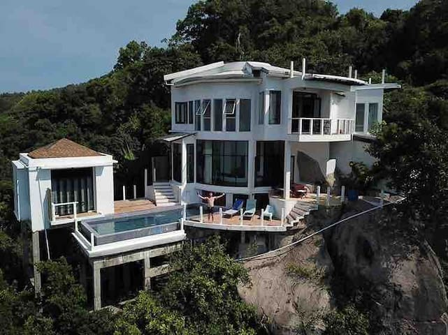 Top Of The Rock Villa 3BR - FREE Taxi From/To Pier