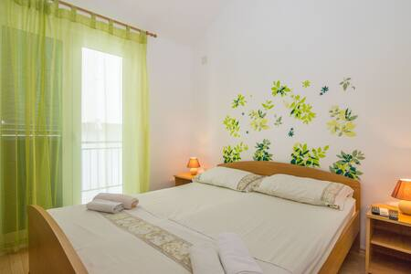 One bedroom Apartment, 100m from city center, beachfront in Zaostrog (Makarska), Balcony