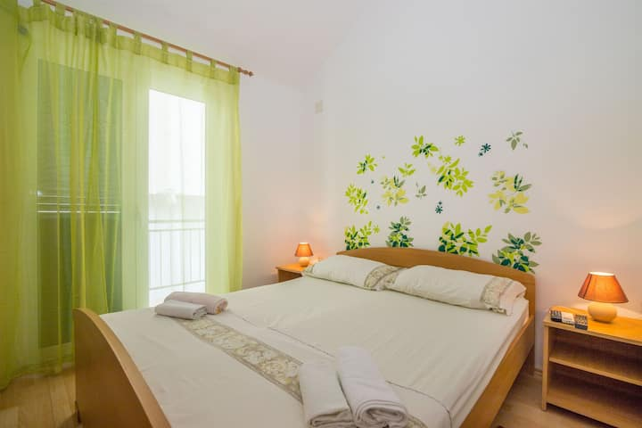 One bedroom Apartment, 100m from city center, beachfront in Zaostrog (Makarska), Balcony
