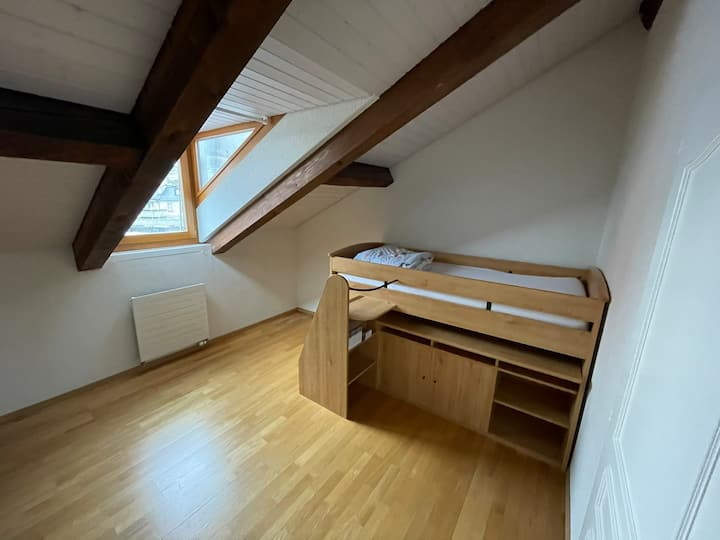 Room close to train station in beautiful loft