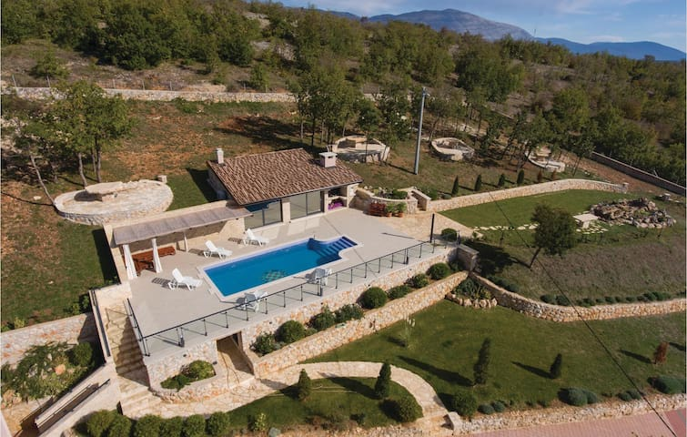 Semi-Detached with 4 bedrooms on 267 m²
