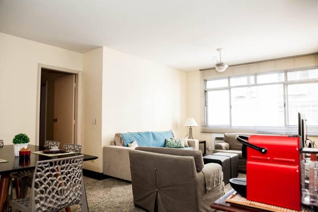 Ampla sala de estar e jantar, com Nespresso para seu conforto.
