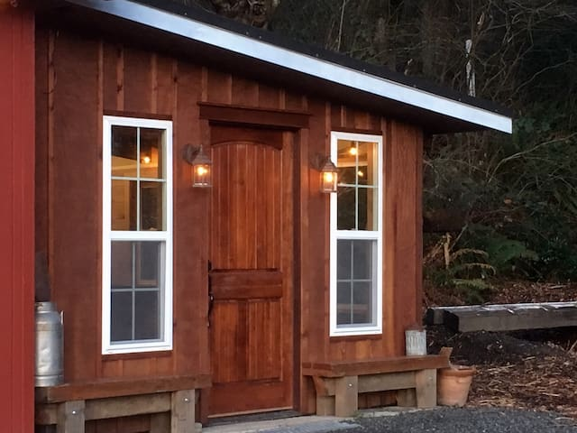 Brookside Cottage: Rustic Charm on Family Farm