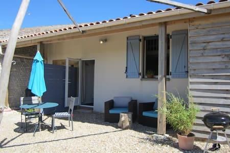 Gîte Vallières,  12km plage, vue Gironde, piscine