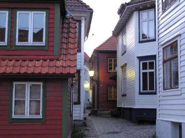 Room in charming wooden house from 1802. - Bergen - Casa