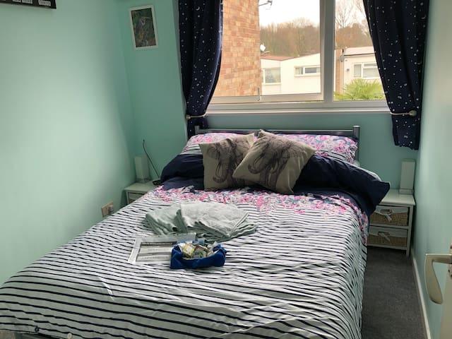 Bijou double room, 45mins to London