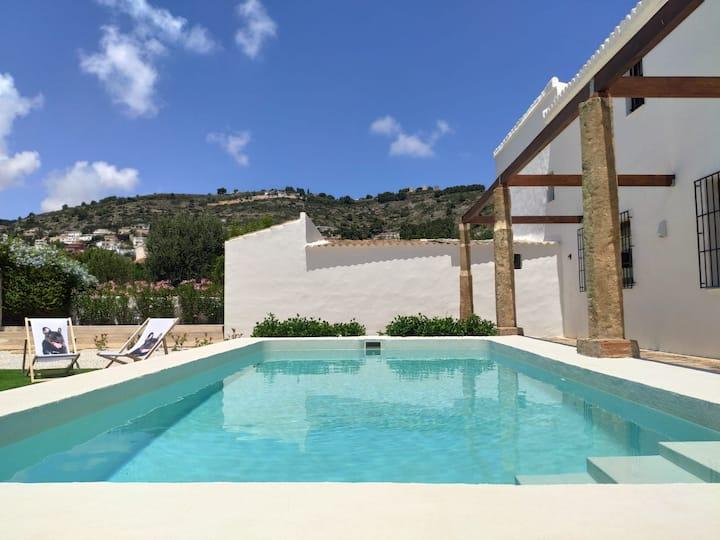 Villa mediterránea entre el mar y la montaña
