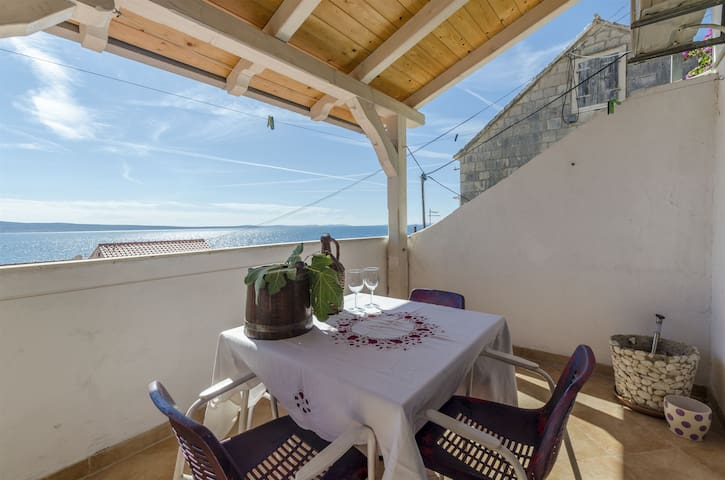 Studio Apartment, 50m from city center, beachfront in Sumpetar (Omis), Balcony