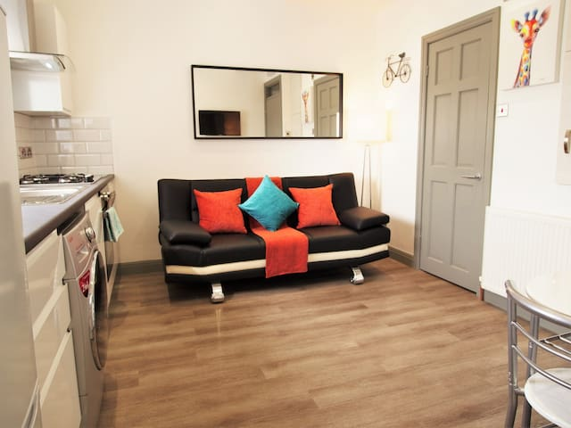 Brand NEW Bright apartment suitable for up to 6ppl