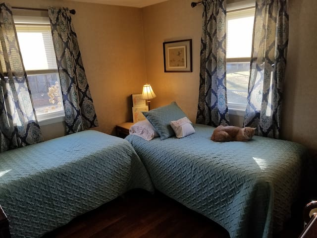 Private Rm w/ 2 Twin Beds close to Big E, 6 Flags