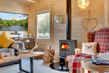 Luxury Log Cabin in Quiet Riverside Setting