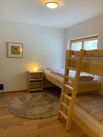 #2 Chambre,  barrière sécurisée disponible au besoin pour le lit de gauche.