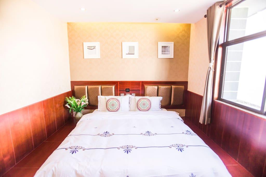 20平米,一张1.8 米的舒适大床