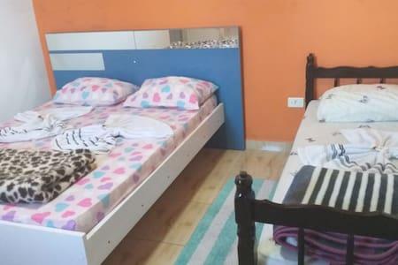 Suite com ar condicionado e cozinha compartilhada