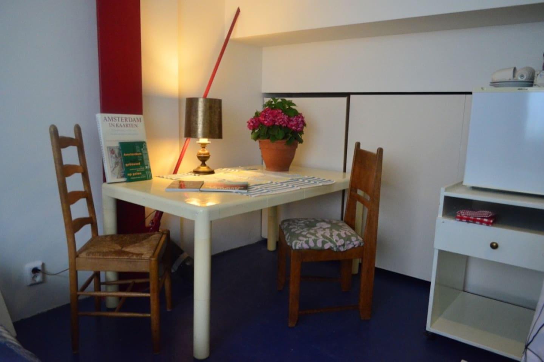 tafel voor twee personen aanwezig zijn koffie en thee, waterketel, klein bestek