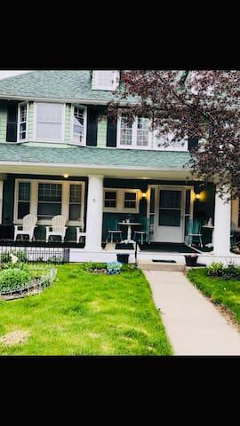 Bed & Breakfast/2 rooms/best location near lake!