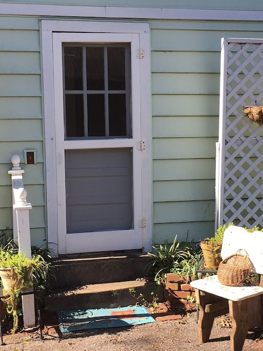 Quaint and cozy cottage in downtown Greenville convenient to everything.