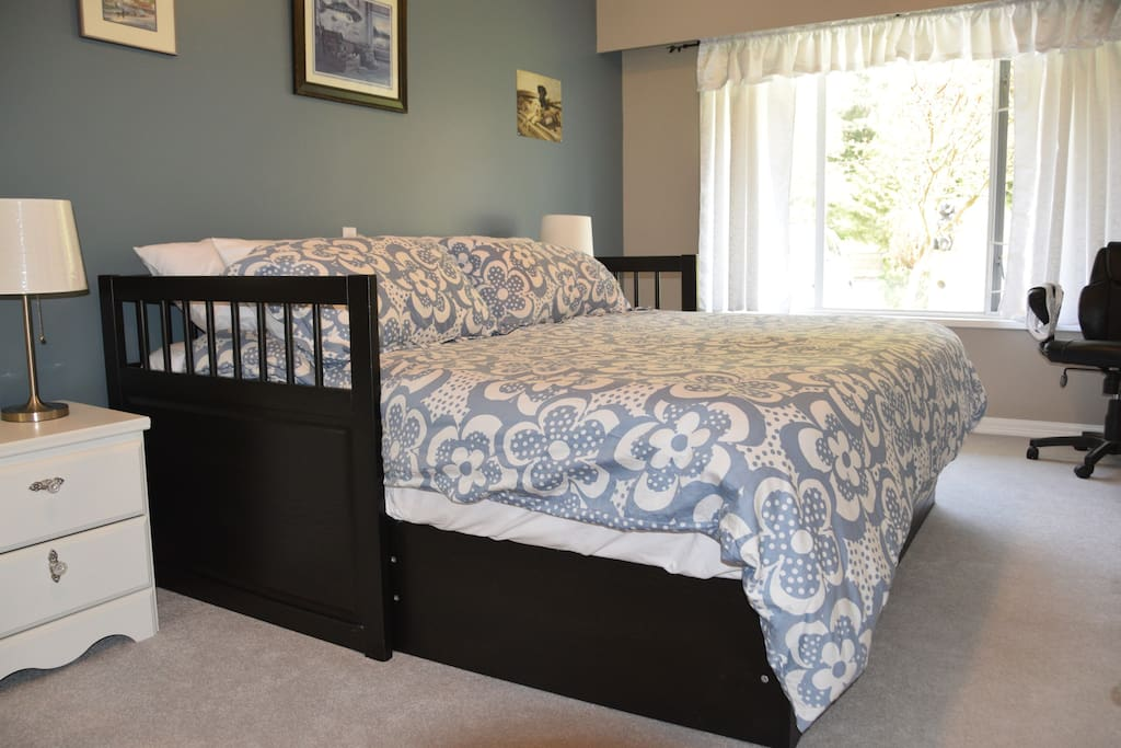 Spacious Bedroom/King Size Bed