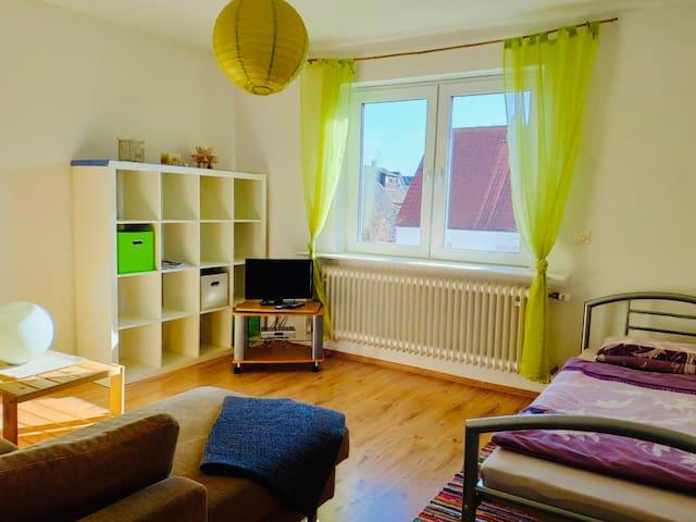 Gemütliches Einzelzimmer mit Couch
