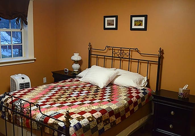 The Steward House B&B - Copper Room (queen bed with private bath)