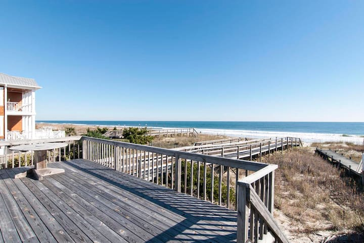 Good Times-Oceanfront cottage with rooftop deck and private beach access