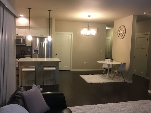 Luxuxry Condo Across from Nike HQ, 8 mile to PDX