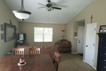 Roomy 3-bdrm ranch close to Grand Park (fenced) - Westfield