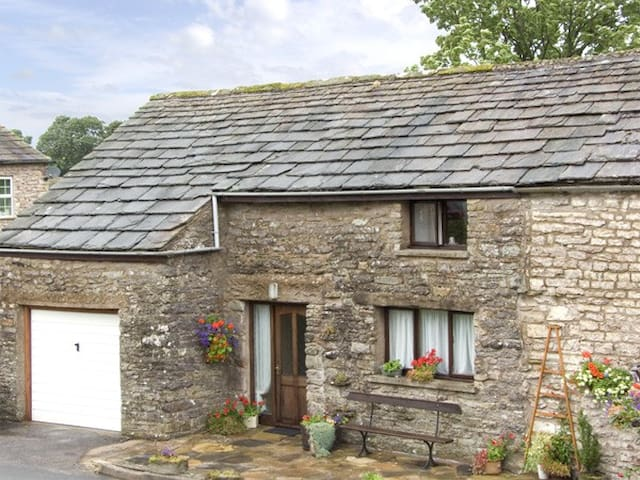 OLD COTTAGE, pet friendly, with a garden in Nateby, Ref 3607