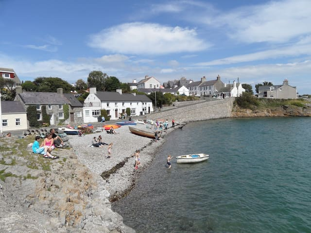 Idyllic Beach Cottage Moelfre