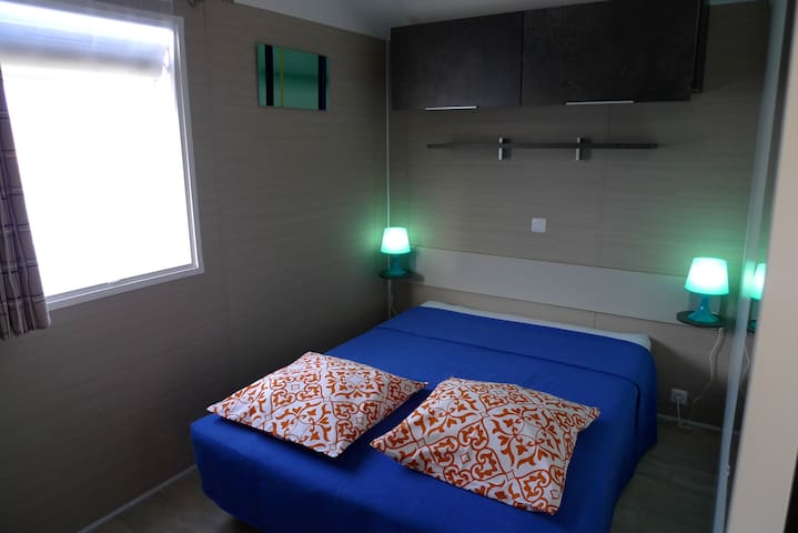 Chambres avec lit 190X140. Épaisseur 23cm