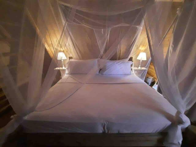 En nuestra habitación principal contamos con una cama king. En todas nuestras camas manejamos lencería 200 hilos