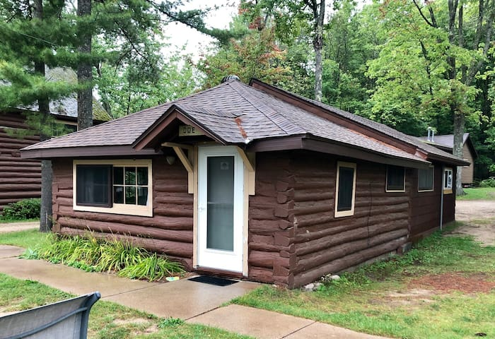 2 bedroom Log Cabin at AuTrain Lake! Sleeps 6
