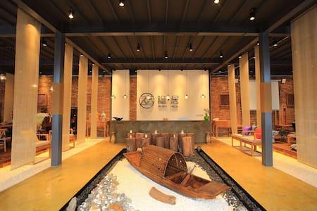紫溪山'隐居'设计独特,山房和禅意的风格户外游泳池和泡池,安静的空间让人沉静和冥想