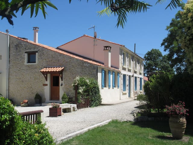 Le Manoir - C18th Farmhouse Cottage (Sleeps 10-12) - Moragne - Casa
