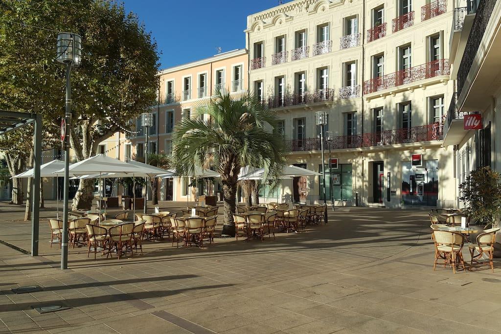 La Place Jean Jaurès ... terrasses restaurants ... bars; le studio se situe au n° 15.