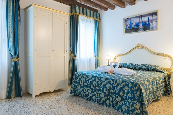 Lovely and Bigger Canal view Room in Cannaregio