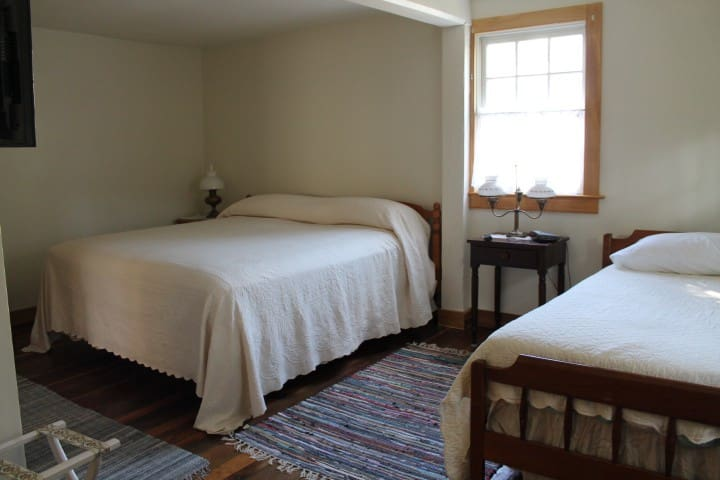 New Harmony Guest House - Harmonist Rental