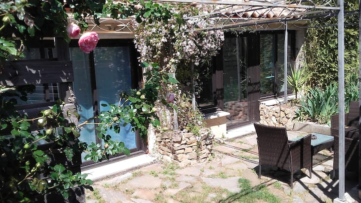 2 bedroom cottage, spa bath room, garden