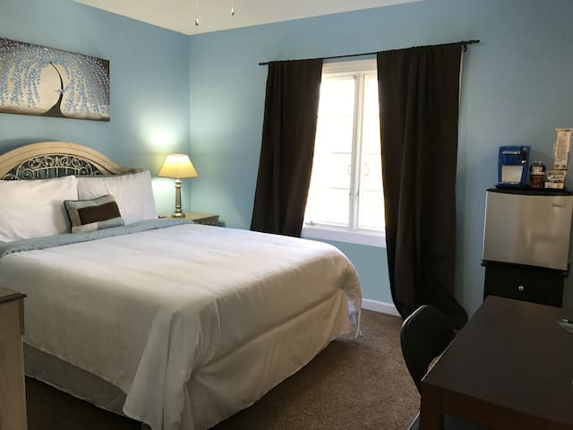Blue Blossom Room (Queen) | Breakfast & Amenities - Elizabethtown - Haus