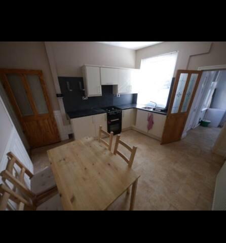 Cosy 4 bedroom home close to Leeds City Centre - Leeds - Huis