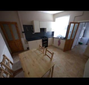 Cosy 4 bedroom home close to Leeds City Centre - Leeds - Talo