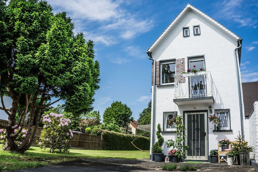 Beautiful house with large garden houses for rent in for Big houses in germany