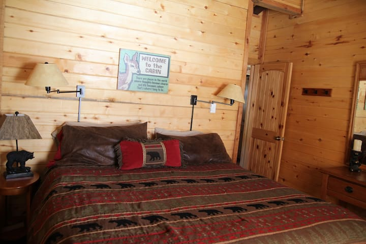 Middle bedroom with king bed